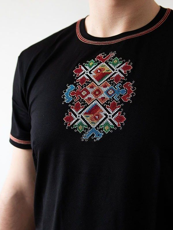 Близък кадър на Черна тениска Сватба
