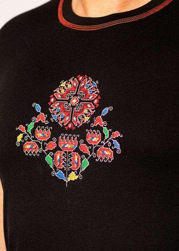 Близък кадър на Черна Тениска Житена Питка