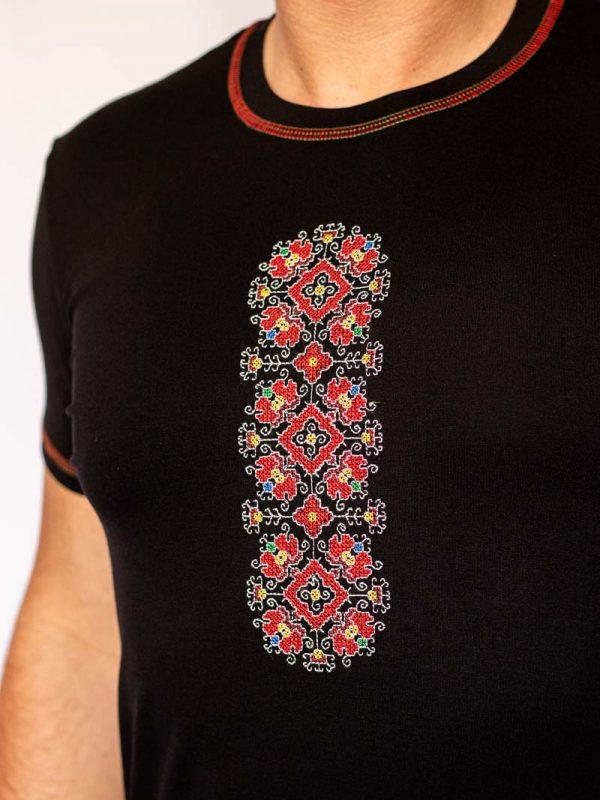 Близък кадър на черна тениска Благоденствие