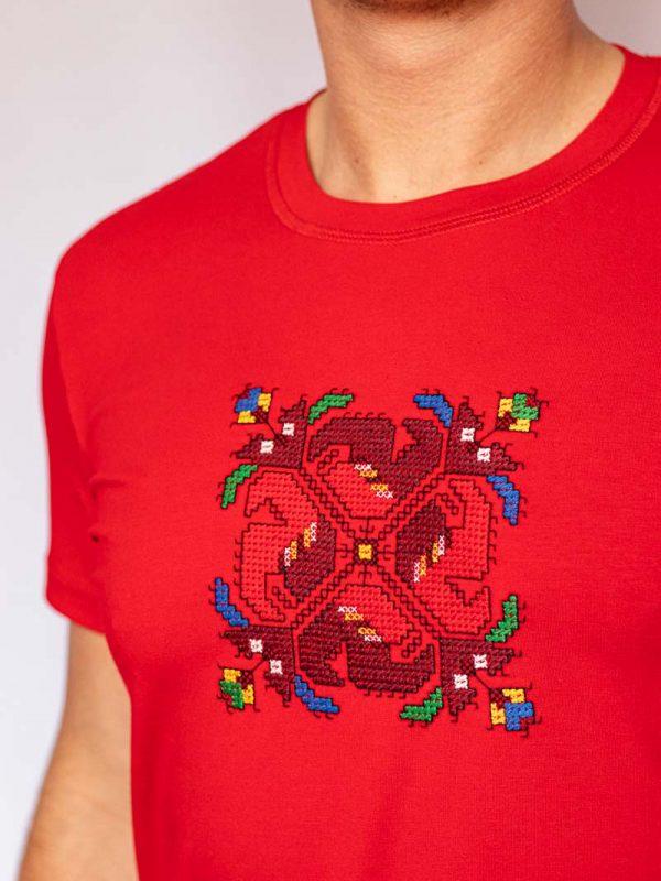 Близък кадър на Червена Тениска Шопска